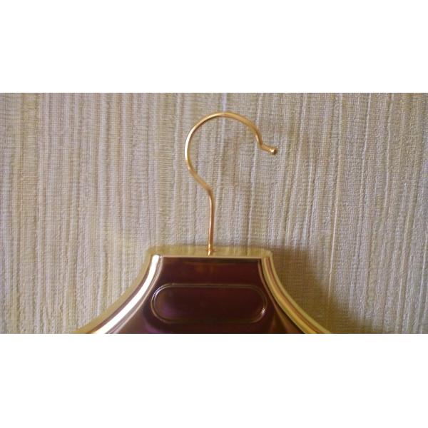 Вешалка пластиковая золотая с противо-скользящей вставкой на плече 180-G