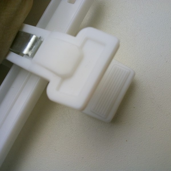 Вешалка пластиковая с прищепками белая ВБР-36