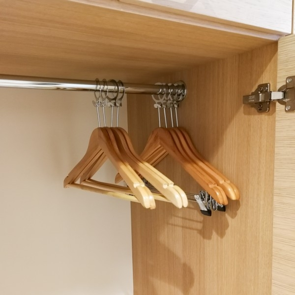 Вешалка плечики деревянная антивандальная с прищепками класс В (30ПРВ)