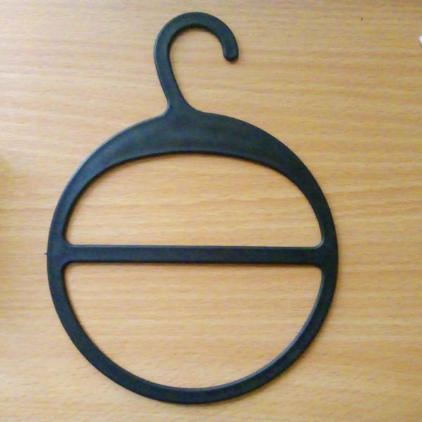 Пластиковая вешалка для шарфов с большим крючком  (ВШ-черная)